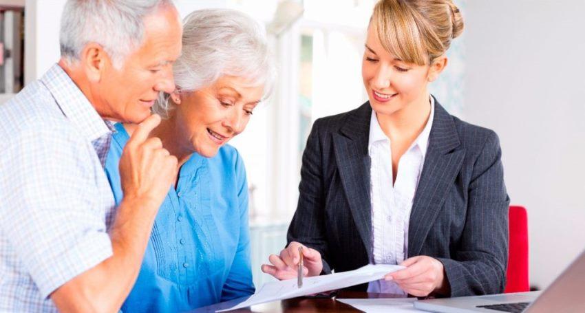 пенсионеры подписывают договор